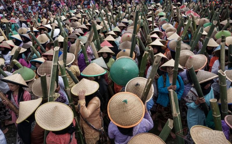 Tradisi Bawa Air dalam 777 Lodong di Festival Gunung Slamet