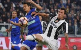Mario Mandzukic (kanan) berebut bola dengan Felipe pada laga lanjutan Serie A yang berlangsung di J-Stadium, Minggu (16/10/2016).