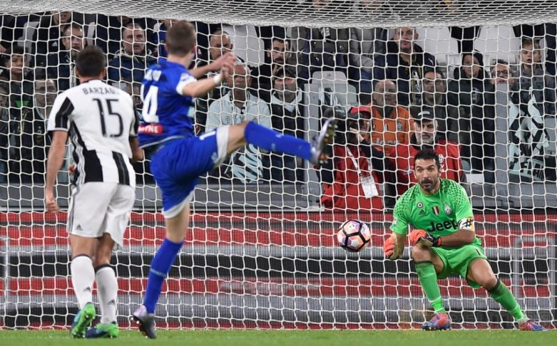 Jakub Jankto (tengah) mencetak gol ke gawang Juventus pada menit 31.