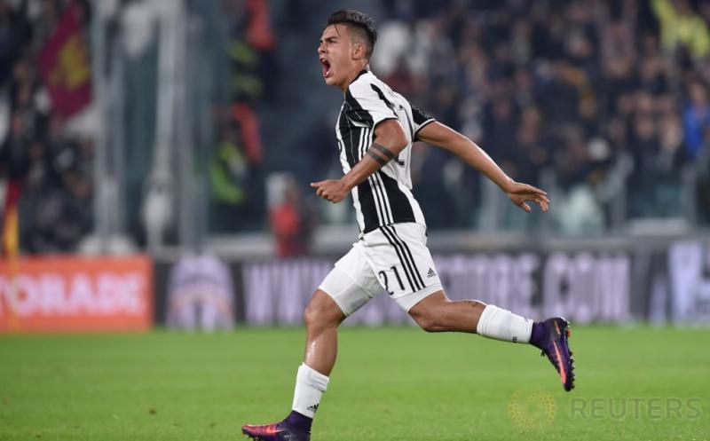 Paulo Dybala selebrasi usai mencetak gol ke gawang Udinese laga lanjutan Serie A yang berlangsung di J-Stadium, Minggu (16/10/2016). Pada pertandingan ini, Dybala mencetak dua gol dari tendangan bebas dan eksekusi penalti.