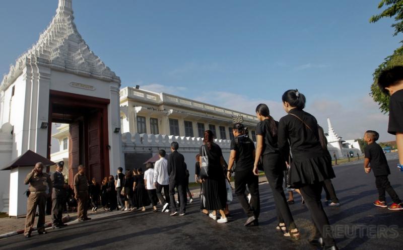 Hari Berkabung Nasional, Warga Thailand Kenakan Busana Hitam dan Putih