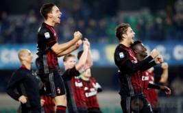 Pemain AC Milan merayakan kemenangan mereka atas Chievo Verona.