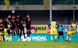 Valter Birsa (kanan) mencetak gol ke gawang AC Milan lewat tendangan bebas.