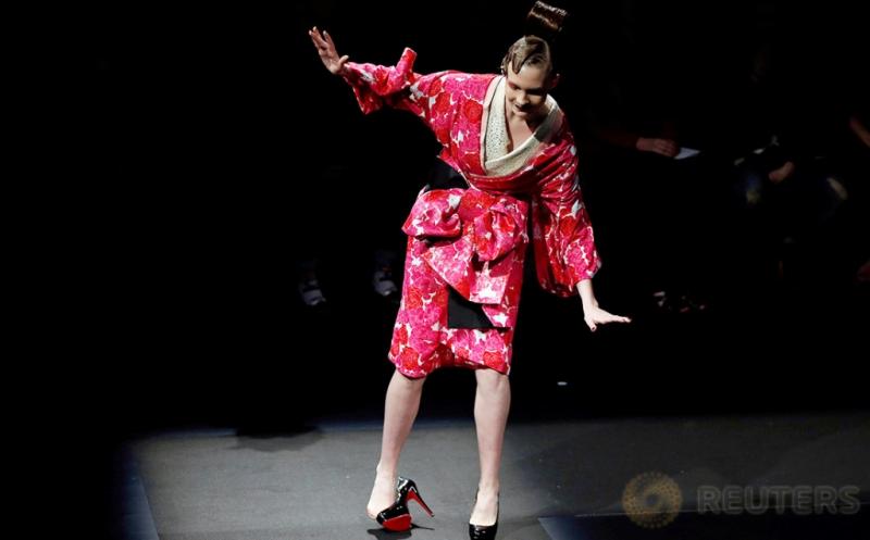 Insiden Sepatu Lepas Mewarnai Tokyo Fashion Week