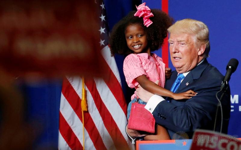 Donald Trump Gendong dan Cium Anak Kecil saat Kampanye