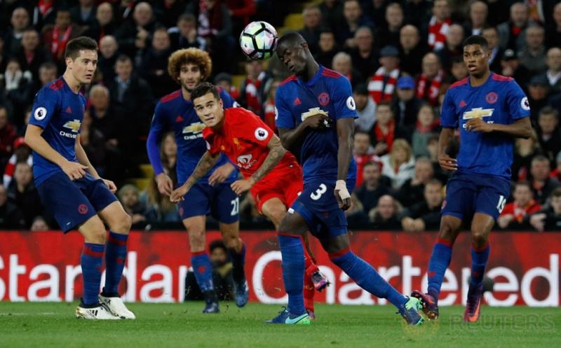 Philippe Coutinho (tengah) melepaskan tendangan saat dikawal empat pemain Manchester United.