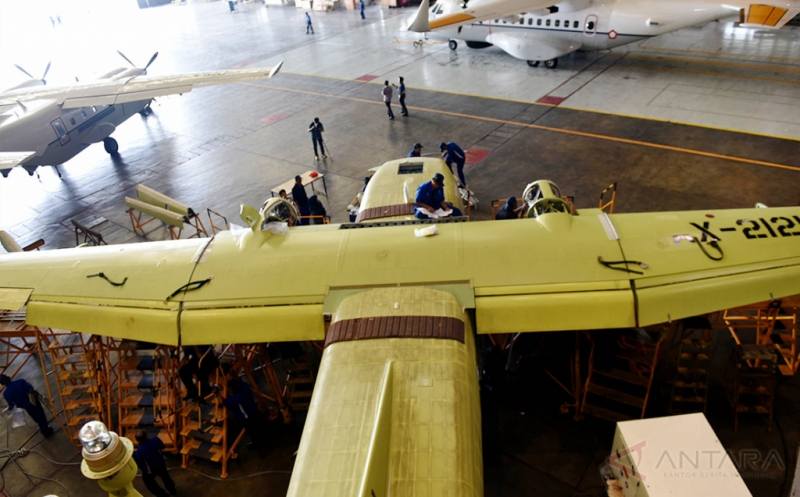 Sejumlah teknisi merakit peralatan pendukung untuk pesawat NC 212 i pesanan Vietnam, di hanggar PT Dirgantara Indonesia (PTDI), Bandung, Jawa Barat, Selasa (18/10/2016). Saat ini PTDI telah menerima pesanan pesawat untuk Vietnam sebanyak 3 unit NC 212 i, Thailand 1 unit CN 235-220, Filipina 2 unit NC 212 i LRPA dan Senegal 1 unit CN 235-220.