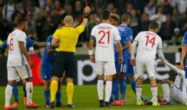 Pemain Juventus Mario Lemina saat diganjar kartu merah pada pertandingan Liga Champions Olympique Lyon vs JUventus di Stadion Lyon, Perancis, Rabu (19/10/2016).Kemenangan dramatis berhasil diraih Juventus setelah dini hari tadi sukses mempermalukan Olympique Lyon dengan skor tipis 0-1 dari gol Juan Cuadrado