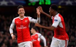 Mesut Ozil (kiri) merayakan golnya bersama Alex Iwobi.