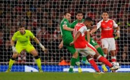 Theo Walcott mencetak gol dari tendangan bebas.