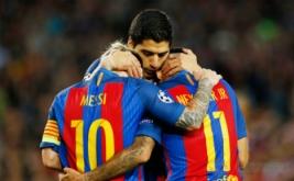 Lionel Messi (kiri) dan Luis Suarez (tengah) merayakan gol yang dicetak Neymar.