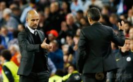 Pelatih Manchester City Pep Guardiola (kiri) berjabat tangan dengan pelatih Barcelona Luis Enrique setelah pertandingan.