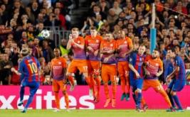 Lionel Messi (kiri) melakukan tendangan bebas ke arah gawang Manchester City.