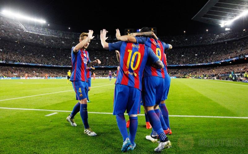 Para pemain Barcelona merayakan gol yang dicetak Lionel Messi.