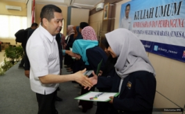 <p>  CEO MNC Group Hary Tanoesoedibjo memberikan dana pendidikan kepada mahasiswa usai memberikan kuliah umum di Universitas Negeri Surabaya (Unesa), Jawa Timur, Kamis (20/10/2016).</p>