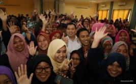 <p>  Mahasiswa Universitas Negeri Surabaya (Unesa) mengabadikan momen foto bersama CEO MNC Group Hary Tanoesoedibjo usai mendengarkan kuliah umum di Surabaya, Jawa Timur, Kamis (20/10/2016).</p>