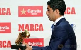 Striker Barcelona Luis Suarez memegang sepatu emas di Barcelona, Spanyol, Kamis (20/10/2016). Suarez berhak atas sepatu emas karena menjadi pencetak gol terbanyak di Eropa musim lalu. Bersama Barca, Suarez mencetak 40 gol di La Liga musim lalu.