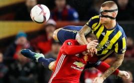 Martin Skrtel (kanan) berebut bola dengan Wayne Rooney.