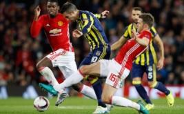 Robin van Persie (tengah) dikawal dua pemain Manchester United, Michael Carrick (kanan) dan Paul Pogba.