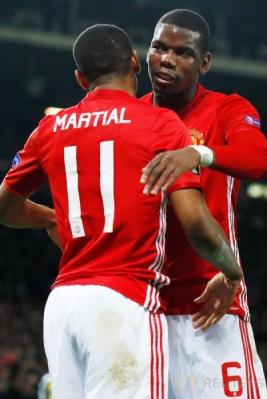 Anthony Martial merayakan golnya dengan Paul Pogba.