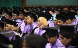 <p>  Seorang wisudawati Universitas Gunadarma antusias mendengarkan wawasan ilmiah yang disampaikan CEO MNC Group Hary Tanoesoedibjo di JCC, Senayan, Jakarta, Minggu (23/10/2016).</p>