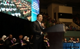 <p>  CEO MNC Group Hary Tanoesoedibjo memberikan wawasan ilmiah kepada wisudawan dan wisudawati Universitas Gunadarma di JCC, Senayan, Jakarta, Minggu (23/10/2016).</p>