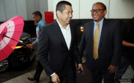 <p>  CEO MNC Group Hary Tanoesoedibjo disambut hangat Direktur Media Universitas Gunadarma B. Sumarworo, setibanya di Jakarta Convention Center, Senayan, Jakarta, Minggu (23/10/2016).</p>