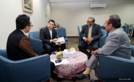<p>  CEO MNC Group Hary Tanoesoedibjo (dua kiri) berbincang dengan Wakil Dekan III Fakultas Ekonomi Universitas Gunadarma Dr Budi Prijanto (kiri) sebelum memberikan wawasan ilmiah.</p>