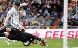 Kiper Athletic Bilbao (bawah) mencoba menghalau tendangan Alvaro Morata.