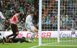 Alvaro Morata (kanan) mencetak golnya ke gawang Athletic Bilbao usai memanfaatkan umpan silang dari Marcelo.
