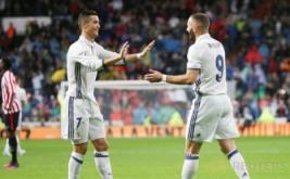 Karim Benzema (kanan) merayakan golnya dengan Cristiano Ronaldo.