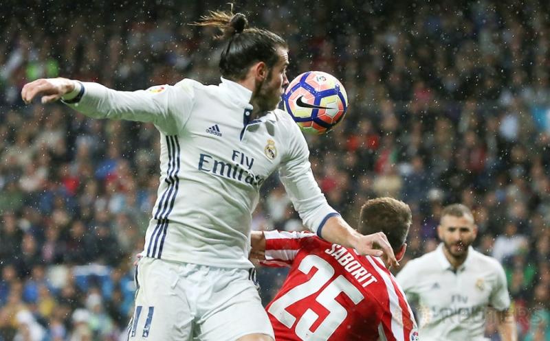 Gareth Bale (kiri) berebut bola dengan Enric Saborit.