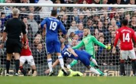 Gary Cahill (tiga kanan) mencetak gol ke gawang Manchester United pada pertandingan Liga Inggris di Stamford Bridge, London, Inggris, Senin (24/10/2016) dini hari WIB.