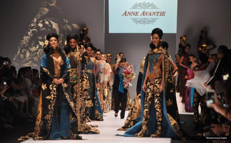 JFW 2017: Kekayaan Nuansa Batik Anne Aventie