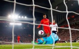 Daniel Sturridge mencetak gol ke gawang Tottenham Hotspur.