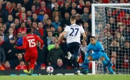 Daniel Sturridge (kiri) mencetak gol ke gawang Tottenham Hotspur.
