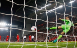 Vincent Janssen mencetak gol ke gawang Liverpool lewat eksekusi penalti.