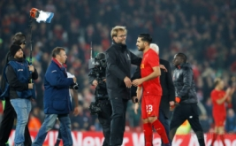 Pelatih Liverpool Juergen Klopp dan Emre Can merayakan kemenangan Liverpool atas Tottenham seusai pertandingan.