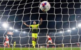 Alex Oxlade-Chamberlain mencetak gol ke gawang Reading.