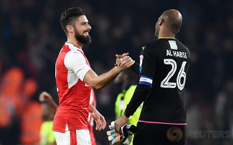 Olivier Giroud (kiri) berjabat tangan dengan kiper Reading Ali Al Habsi setelah pertandingan.