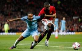 Raheem Sterling (kiri) saat berebut bola degan Paul Pogba.