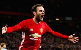 Juan Mata melakukan selebrasi usai mencetak gol ke gawang Manchester City.