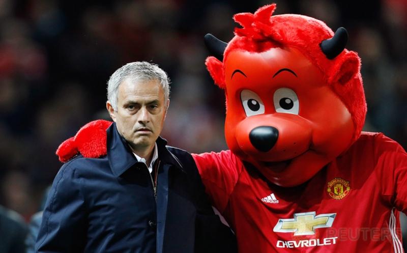 Pelatih Manchester United Jose Mourinho bersama maskot Manchester United.
