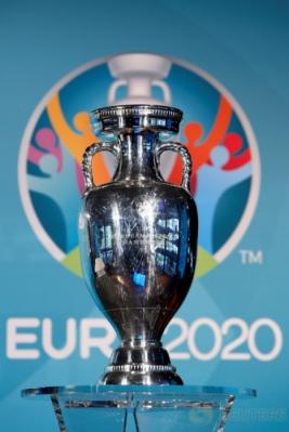 Trofi dan logo Euro 2020 saat peluncuran di Olympia Park, Munich, Jerman, Kamis (27/10/2016).