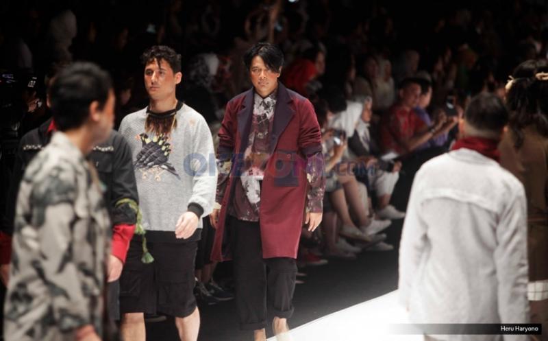 JFW 2017: Armand Maulana Jadi Model untuk Busana Karya Mel Ahyar