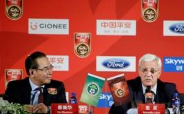 Marcello Lippi (kanan) dan Presiden Asosiasi Sepakbola China (CFA) Cai Zhenhua dalam konferensi pers di Beijing, China, Jumat (28/10/2016). CFA resmi menunjuk Macello Lippi sebagai pelatih timnas China. (REUTERS/Jason Lee)