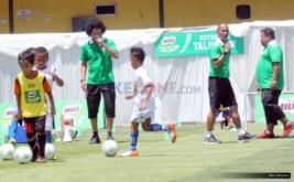"""Zaenal Abidin (kanan) dan Kurniaan Dwi Yulianto (dua kanan) saat memberikan coaching clinic atau pelatihan teknik dasar sepakbola untuk siswa sekolah dasar (SD) pada """"Milo Football Clinic Day"""" di Lapangan Sepakbola Pertamina, Simprug, Jakarta, Sabtu (29/10/2016). Coaching clinic ini diberikan untuk mengasah keterampilan sepakbola."""