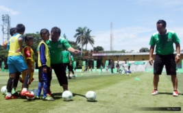 "Zainal Abidin (dua kanan) memberikan instruksi kepada seorang siswa sekolah dasar saat coaching clinic atau pelatihan teknik dasar sepakbola pada ""Milo Football Clinic Day"" di Lapangan Sepakbola Pertamina, Simprug, Jakarta, Sabtu (29/10/2016). Coaching clinic ini diberikan untuk mengasah keterampilan sepakbola."