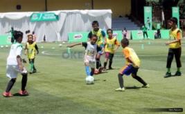 Sejumlah siswa sekolah dasar bertanding usai mendapatkan coaching clinic atau pelatihan teknik dasar sepakbola di Lapangan Sepakbola Pertamina, Simprug, Jakarta, Sabtu (29/10/2016). Coaching clinic ini diberikan untuk mengasah keterampilan sepakbola.
