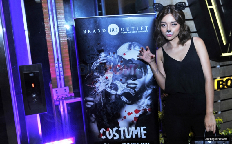 Di Halloween Party Brand Outlet, Lolita Agustine Jadi Cat Women